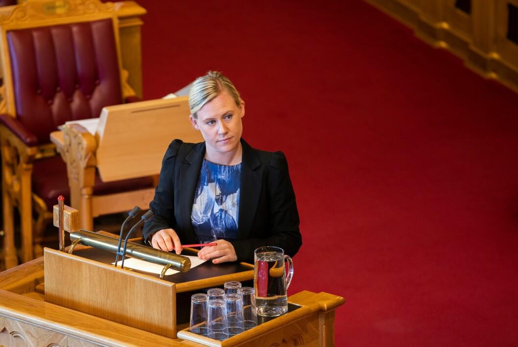 Arbeiderpartiets Lene Vågslid grillet justisministeren om hvordan regjeringa jobber for å sikre mot terror på andre måter enn punktbevæpning.