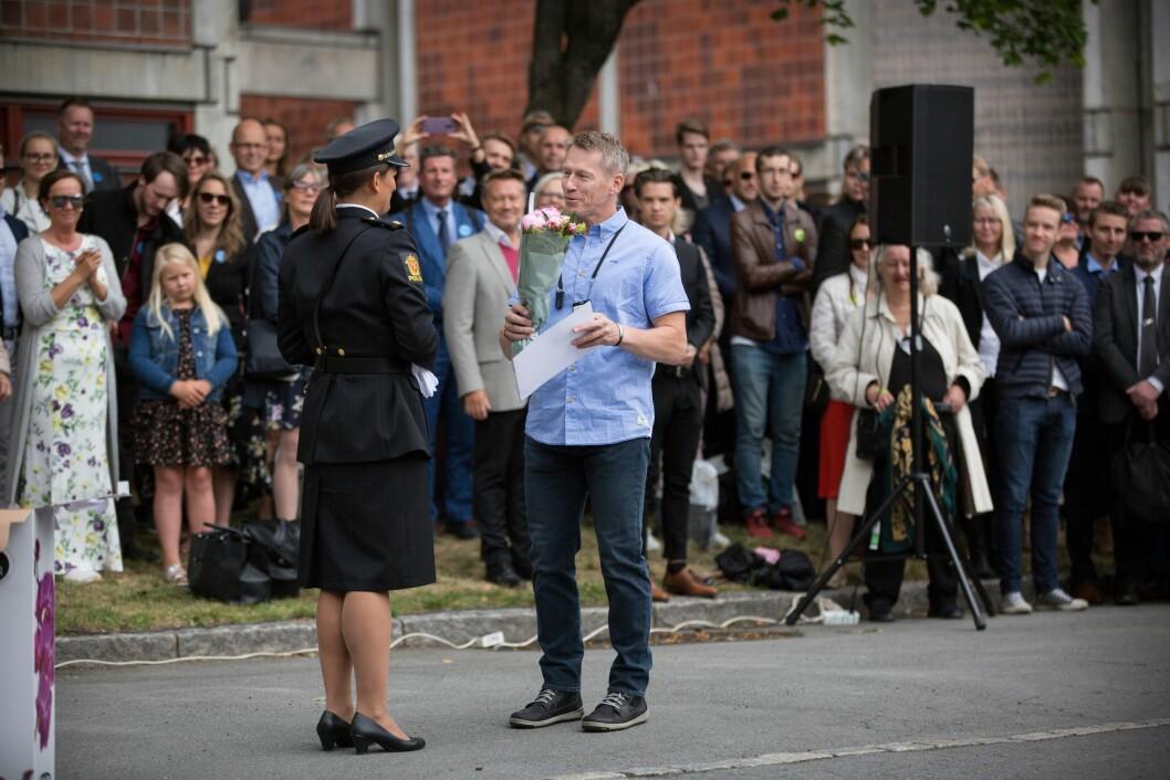 Lærer i arrestasjonsteknikk ved Politihøgskolen i Oslo, Einar Jakobsen, mottar prisen som årets lærer fra studentrådsleder Mari Holmedahl.
