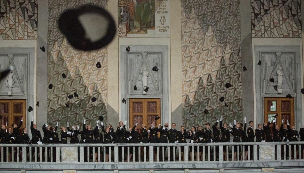 Politiluene fløy til værs da avgangskullet fra Politihøgskolen (PHS) på Majorstua ble uteksaminert i Oslo rådhus juni 2018.