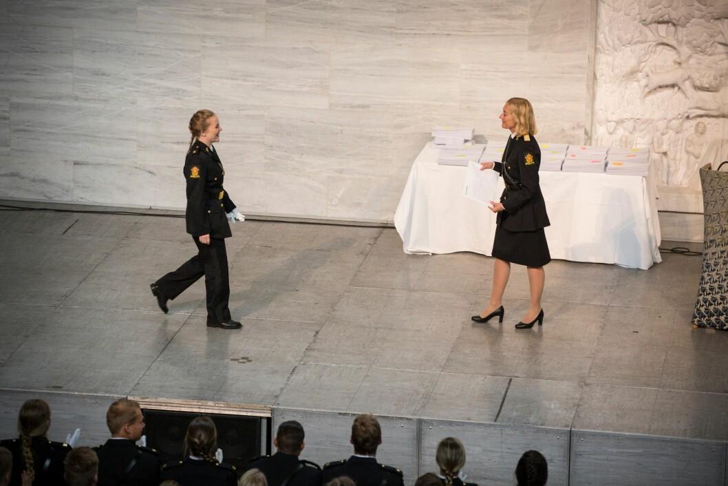 Rektor Nina Skarpenes står klar for å overrekke Marthe beviset på at hun er den aller beste avgangsstudenten på alle de tre studiestedene til Politihøgskolen.