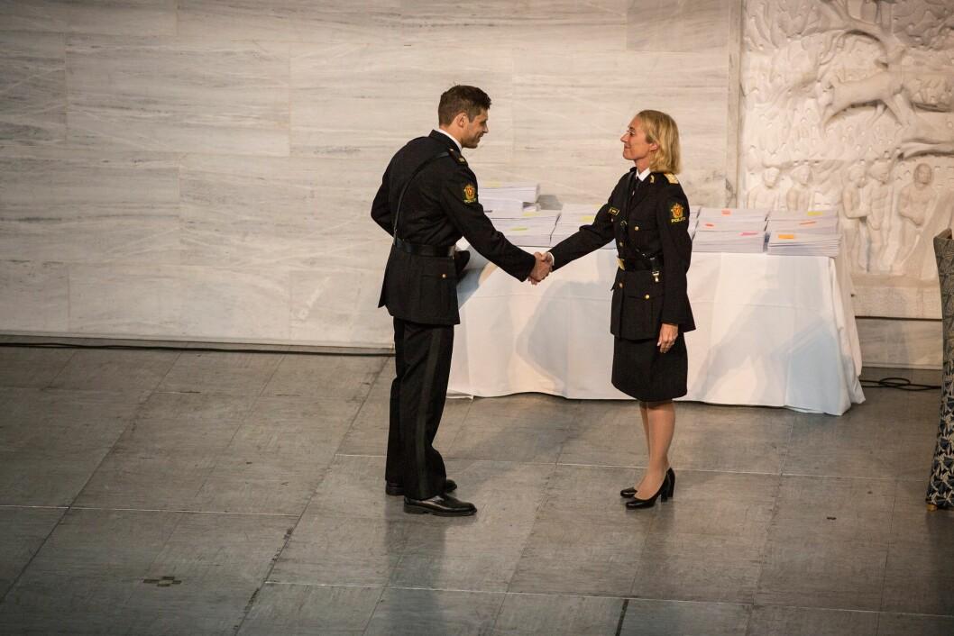 Aleksander Wisniewski får Studentmiljøprisen 2018 fra PHS-rektor Nina Skarpenes.