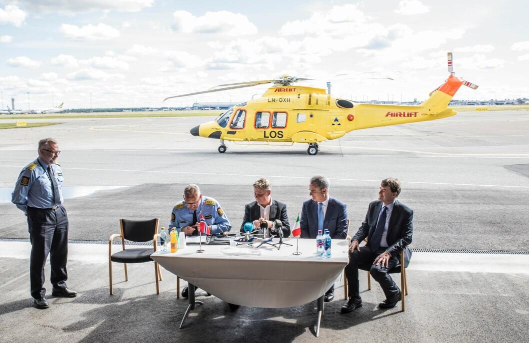 Slik så det ut da polititopper og justisminister signerte avtale med italienske Leonardo Helicopters i fjor.