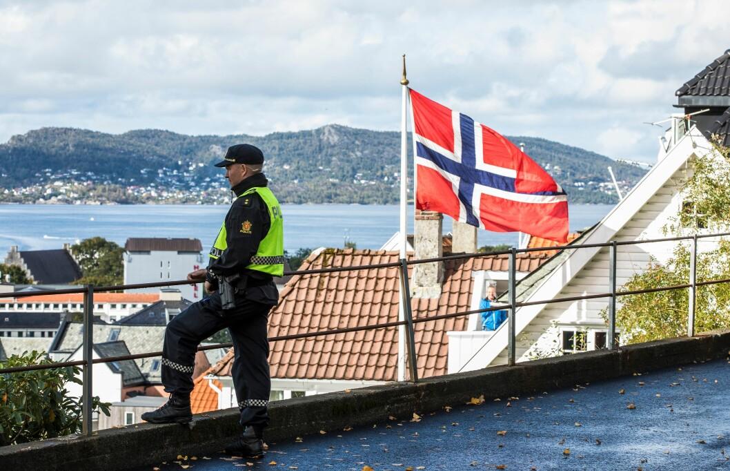 Denne politimannen ser utover distriktet med lavest politidekning: Vest, med hovedsete i Bergen.