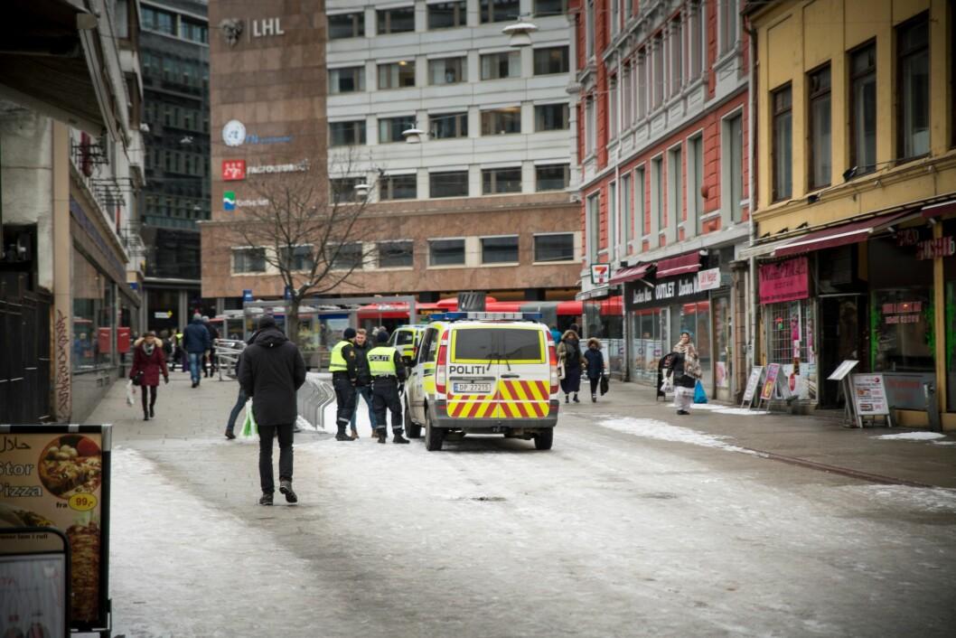 Politiet under innsatsen i rusmiljøet i Brugata i Oslo i vår. Det er ikke rom nok i politiet, for å stille spørsmål ved politiets holdning til narkotika, mener Ina Roll Spinnangr.