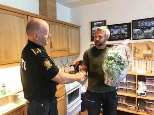 HÅNDFAST: Thue får overragt blomster fra lokaltillitsvalgt Jan Bjarte Skrøppa etter seieren i Høyesterett - nesten fem år etter at saken startet sin reise i rettssystemet.