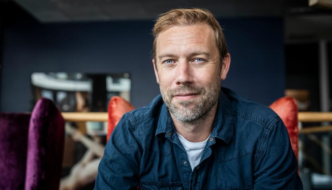Jakob Cedergren er i Norge for premieren på Den skyldige. Han forteller om hvordan han har forberedt seg på rollen som politi.