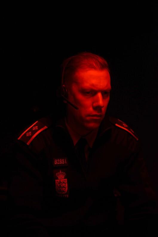 Politimannen Asger spilles av Jakob Cedergren. Han får en hektisk natt på alarmsentralen.
