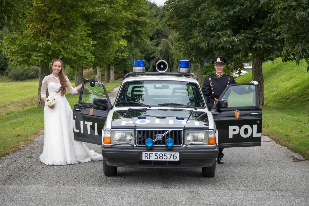Staselige: Både bruden, brudgommen og veteranbilen.