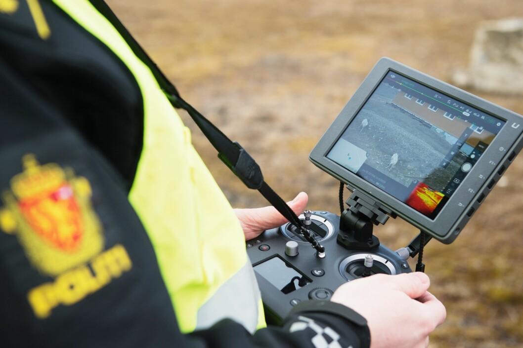 FRAMTIDSVINDU: Allerede neste år kan politidistriktene begynne å teste ut droner i tjenesten. Da kan de trekke veksler på erfaringene som Sysselmannen gjørmed droner i disse dager.