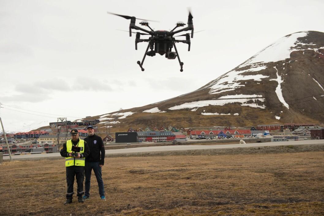 POLARDRONE: Sysselmannen på Svalbardtok i bruk droner i tjenesten i sommer.Her er det sysselmannsførstebetjentEspen Olsen og IT-ansvarlig Tommy DahlMarkusen som demonstrerer dronen.