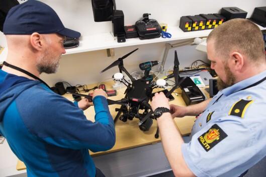 SKRIVEBORDSØVELSE: Også droner må til service, akkurat som politiets patruljebiler. Denne dronen, av typen DJI Matrice 210 RTK skal tåle ganske mye vær og vind, men de røffe værforholdene på Svalbard er krevende for maskinen.
