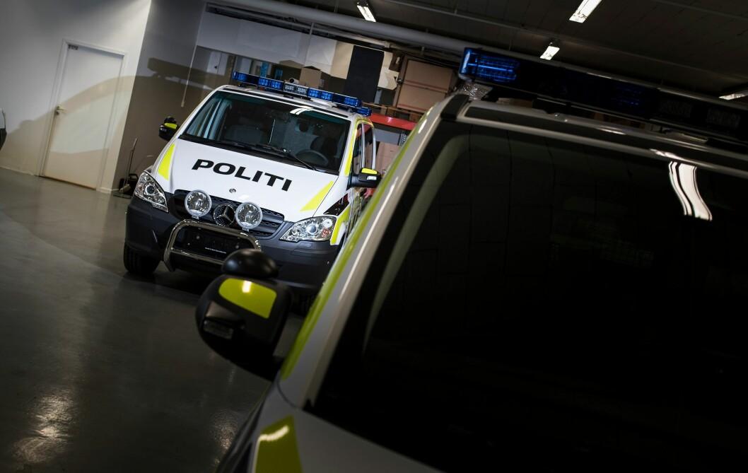 Politiets majer på verkstedet til Bertel O. Steen ved en tidligere anledning.