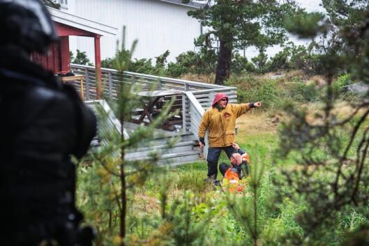 SKUESPILLERE: Henry og hans venn og kollega Rune Solstad (i oransje jakke) er «alltid» sammen om å være markører under UEH-øvelser. De jobber for troverdige scenarier. Denne gangen overrumpler de kollegene når Henry stuper fram som «markøren fra Helvete», i rollen som en stein gal mann fra Froland.