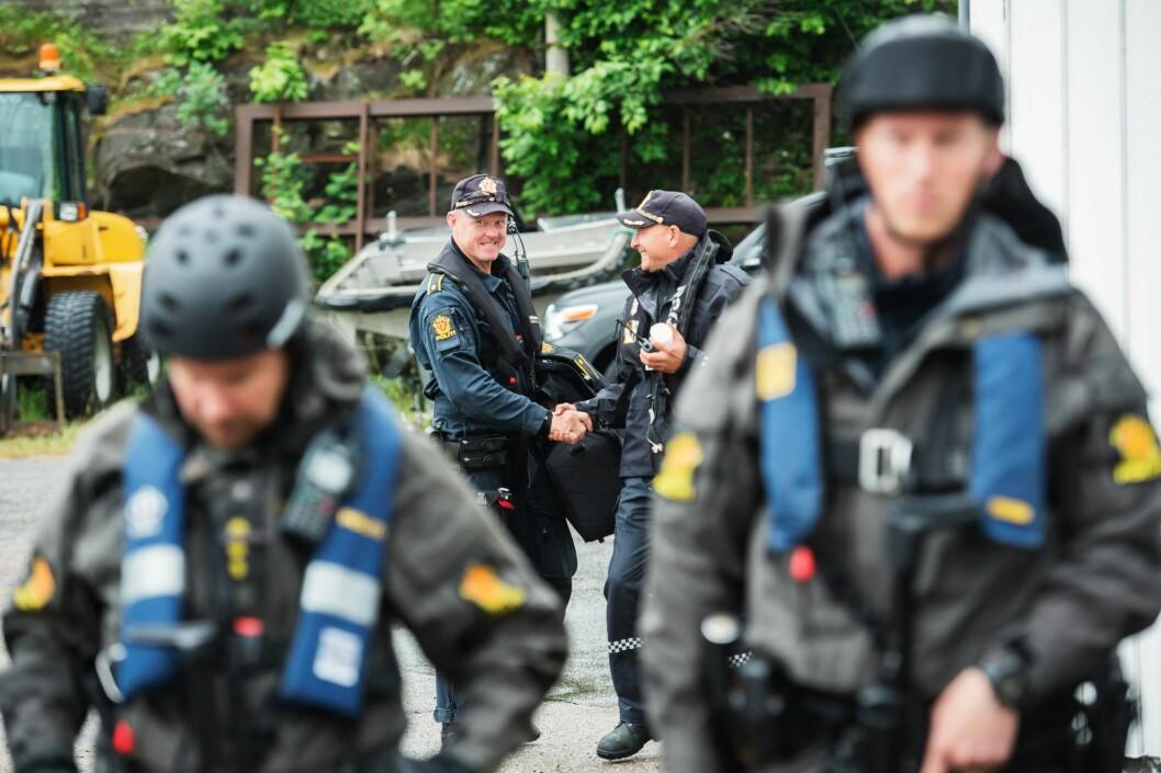 SJEFSMØTE: Henry (til venstre) hilser på sjefen Lars Øystese Stamnes før den siste øvelsen.