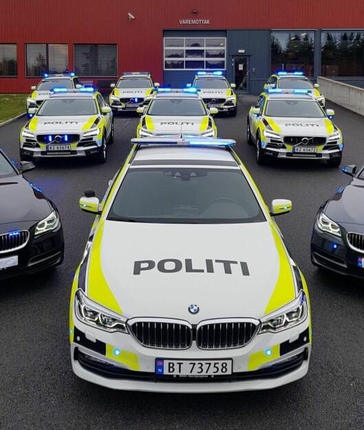 En rekke nye biler utenfor PFTs lokaler på Jahren.