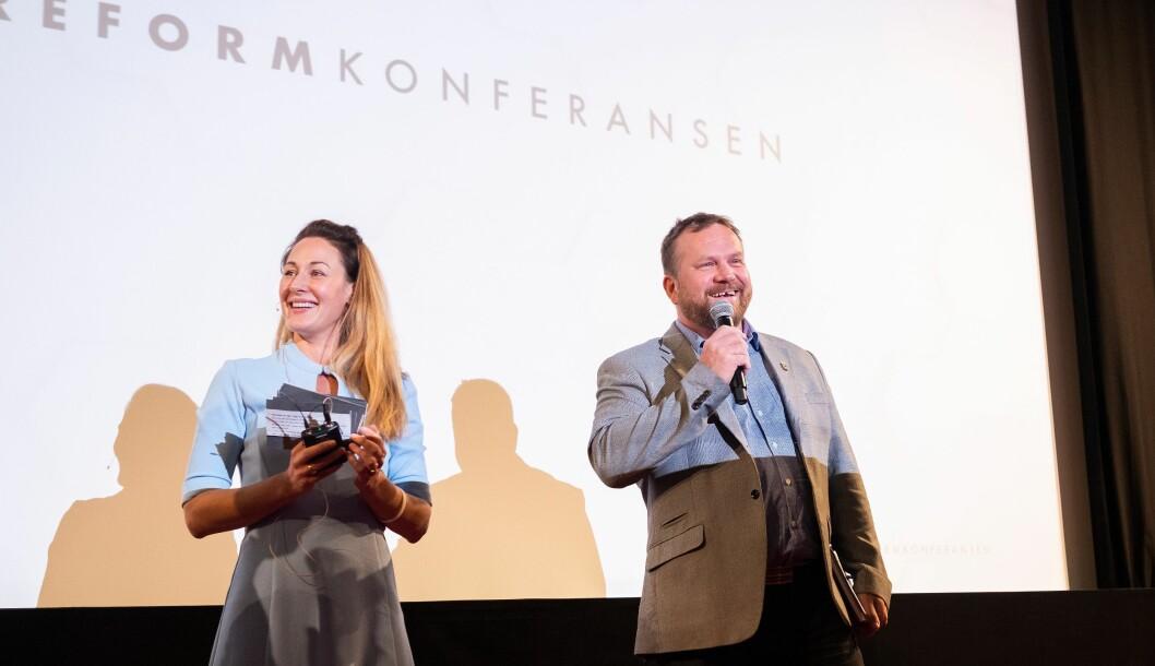 Ina Roll Spinnangr (til venstre) i Foreningen tryggere ruspolitikk mener NNPF tar feil når de sier at målet for organisasjonen er full legalisering av alle narkotika for alle. Her fra et tidligere arrangement, sammen med Bård Dyrdal i LEAP.