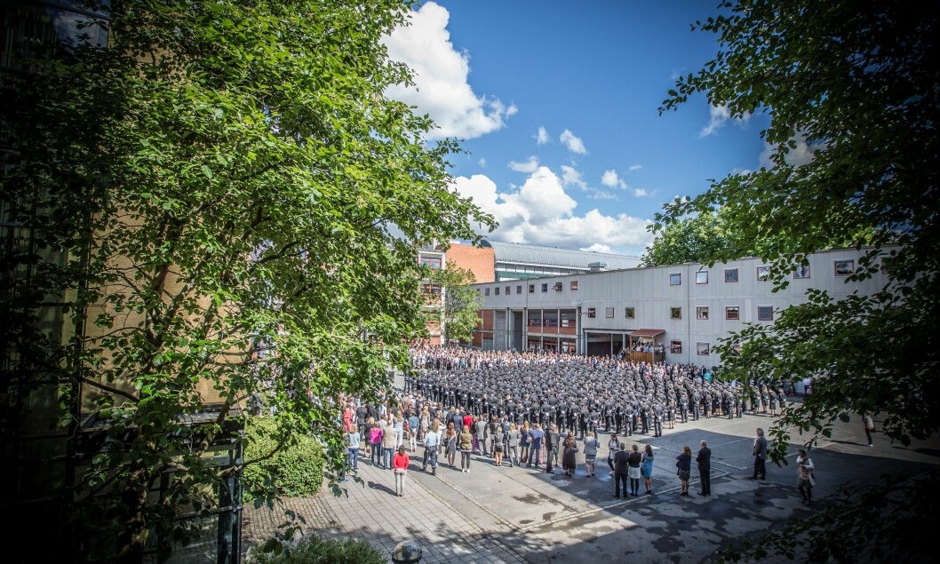 I bakgården på Politihøgskolen i Oslo er det plassert et brakkebygg. Den huser kontorene til forskere og andre ansatte.