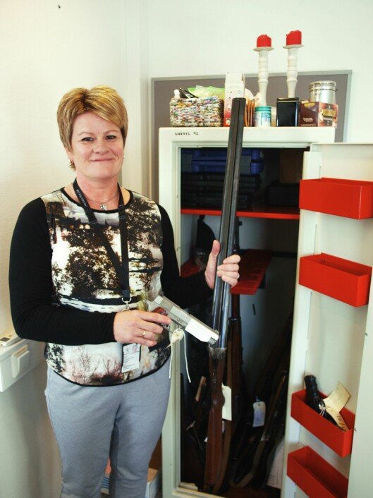 BLINKSKUDD: Irene Skogen Andersen, fagansvarlig på våpenseksjonen, med noen av våpnene som er levert inn til Øst politidistrikt.