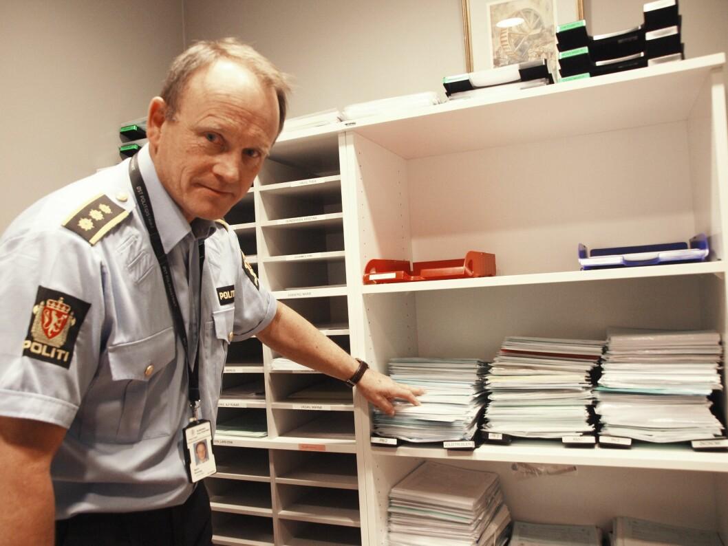 Etterforskningsleder Bjørn Bratteng bruker store deler av arbeidstiden på å sortere dokumenter inn i straffesaker. En jobb sivilt ansatte i politiet gjorde før politireformen.