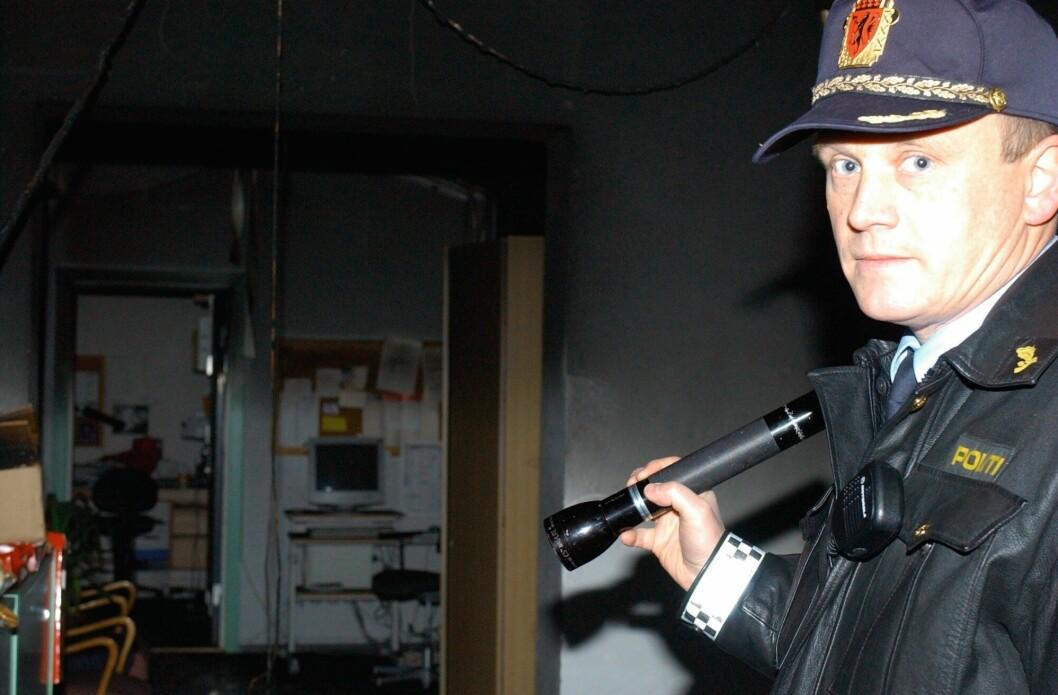 Daværende politioverbetjent Bjørn Bratteng etterforsker en mulig påtent brann på Nittedal ungdomsskole.