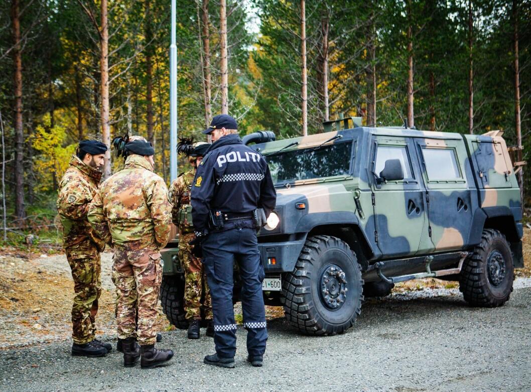 Italienske soldater snakker med lokal politi på Dombås.