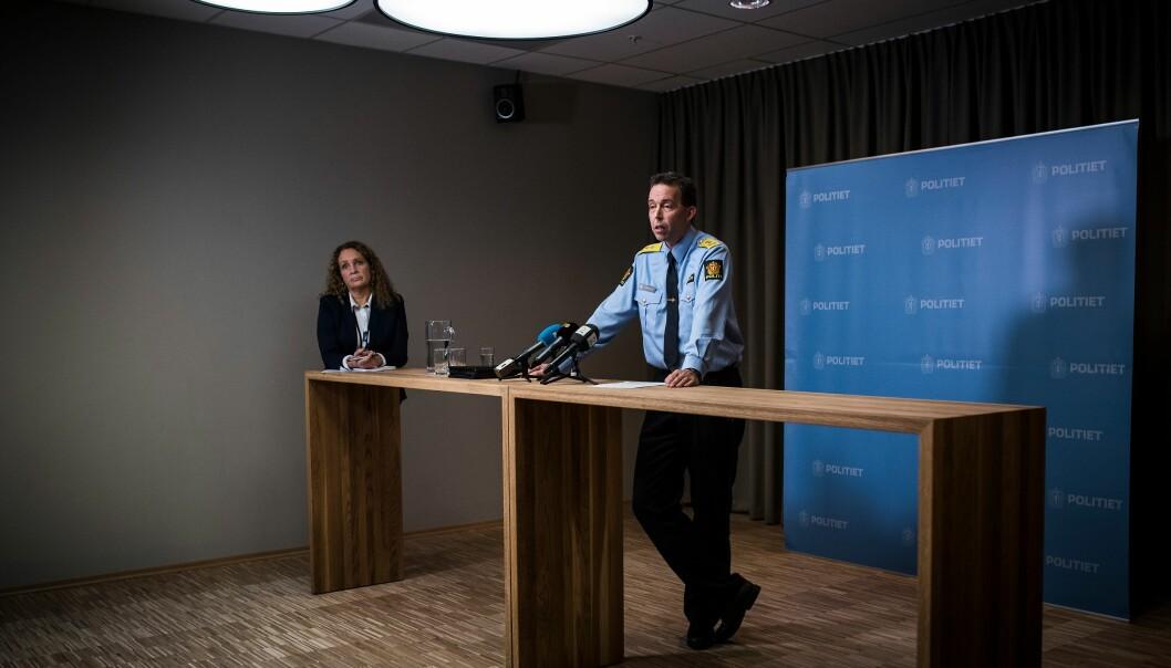 Kommunikasjonsdirektør Margrete Halvorsen står i bakgrunnen når tidligere beredskapsdirektør Kaare Songstad snakker til pressen i 2015.