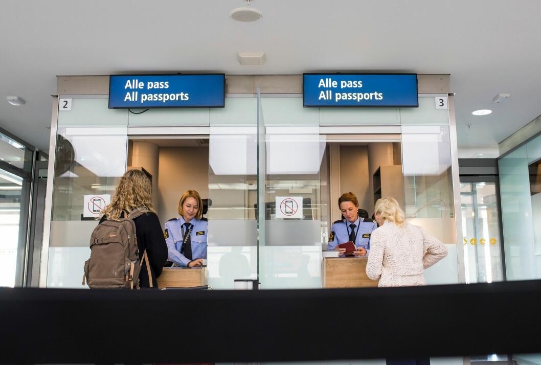 Nye pass skal blant annet bedre sikkerheten når man er ute og reiser, og et nytt ID-kort skal bli gyldig ID for nordmenn flest. Her fra passkontrollen på Oslo lufthavn.