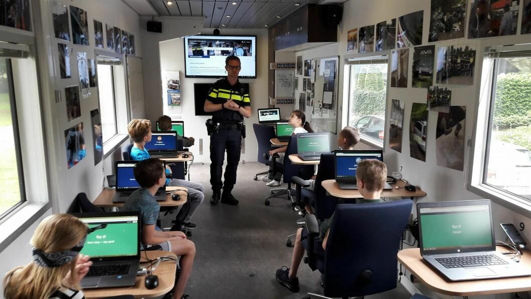 Nederlandsk politi spør innbyggere i alle aldre.