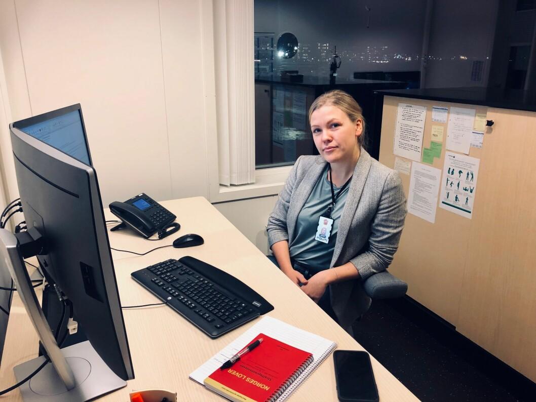 Politibetjent Maria Visnes på kontoret i Tromsø.