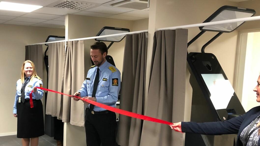 Politimester i Øst politidistrikt, Steven Hasseldal klippet snora og erklærte passkontoret på Grålum for åpnet.