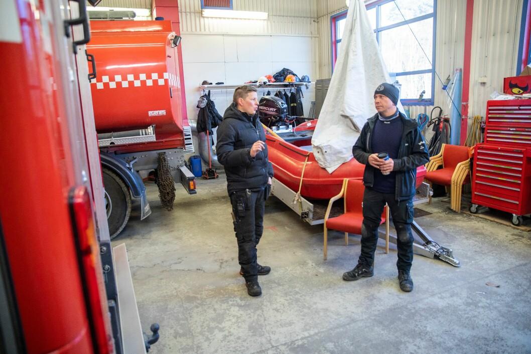 DOBBEL VAKT: Nils Asllat Kildedam og Jan Inge Paulsen er brannfolk på deltid i Karasjok kommune. De bærer sambandet på seg. Der får de ikke bare melding om brann, men også politioppdrag.