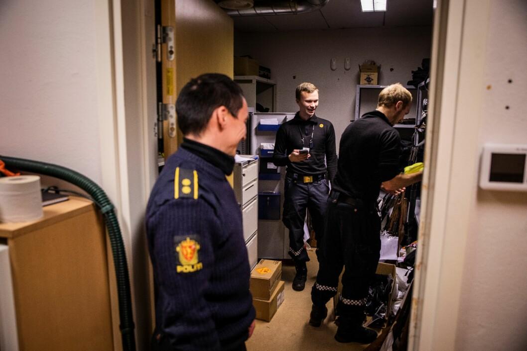 TO GENERASJONER: Tidligere lensmann Kjell Magne Grønnli (til venstre) sammenligner gjerne politiet i dag, med slik det var før. De langt ferskere betjentene i Karasjok, Thor Martin Aria Balto og Trond-Ari Søreng, har ikke så mye å sammenligne med - men de merker avstandene i distriktet og fylket.