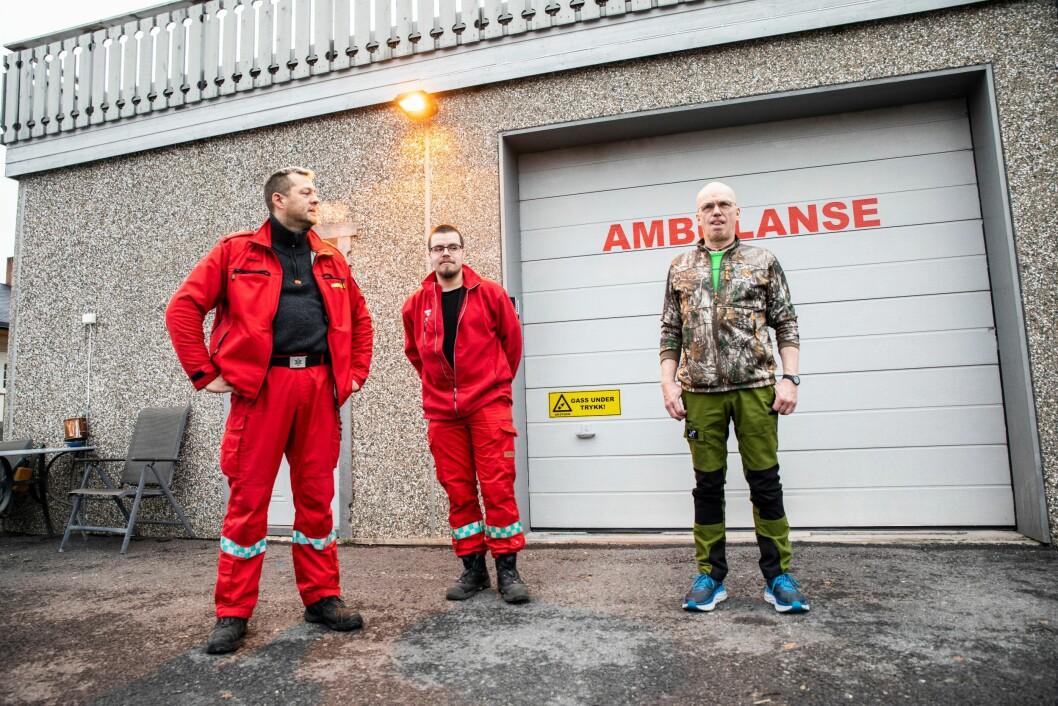 Paramedic Per Bergseth (til venstre) og hospitant Trym Richard Andersen (i midten) forteller om nylige hendelser med psykotiske personer, der politiet ikke har kunnet bistå dem. Det får Dag Nedrejordet (til høyre) til å riste på hodet.