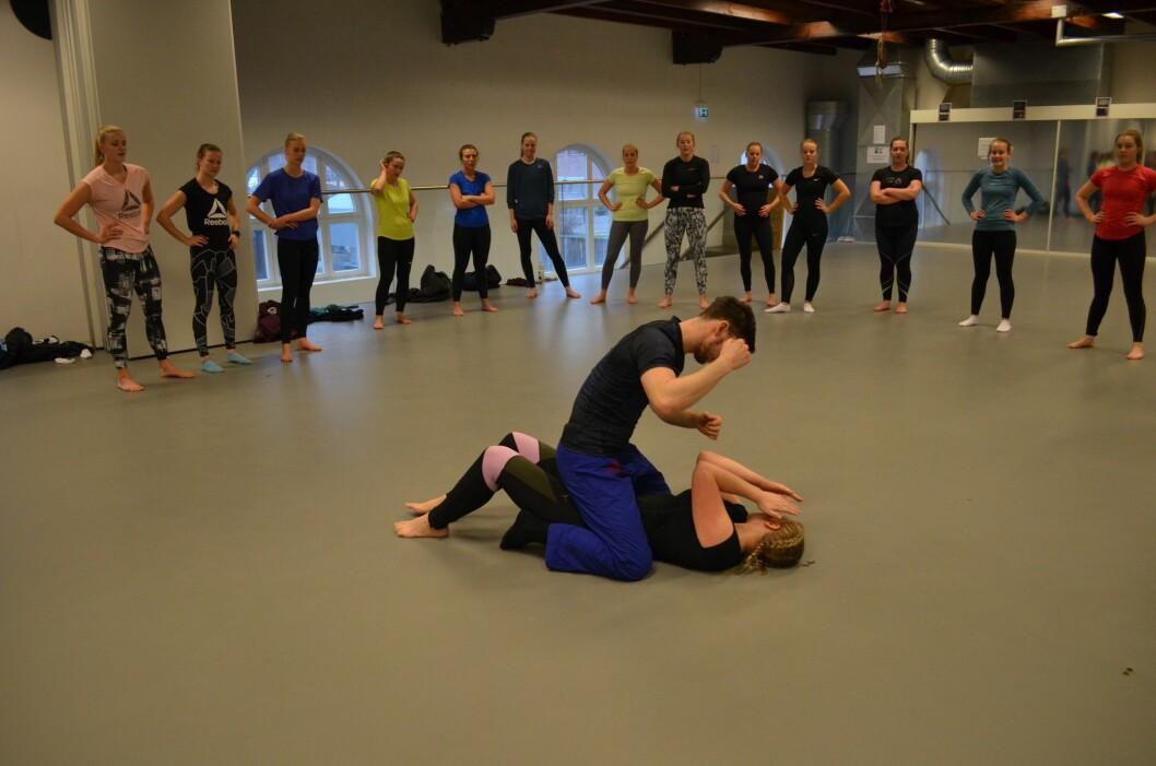 VISTE TEKNIKKEN: Karoline Staalesen Larsen og Joakim Jørgensen viste politistudentene ulike teknikker som kan brukes når man havner i et basketak.