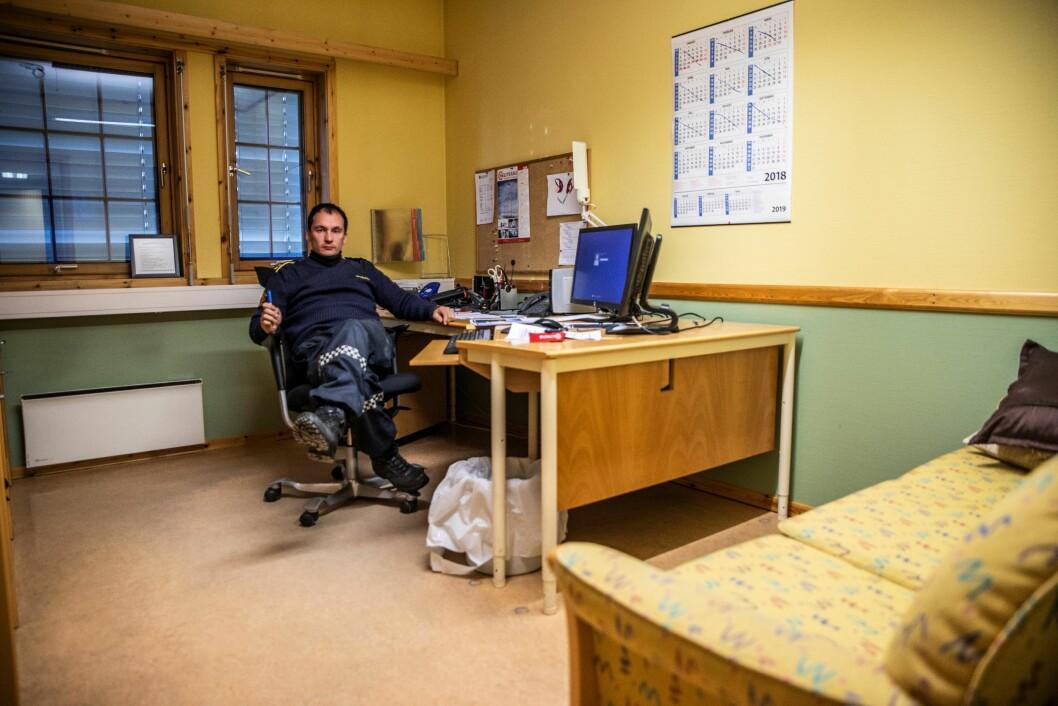 PÅ PLASS: Bak kontordørene bruker tidligere lensmann Kjell Magne Grønnli mesteparten av tiden som politimann.