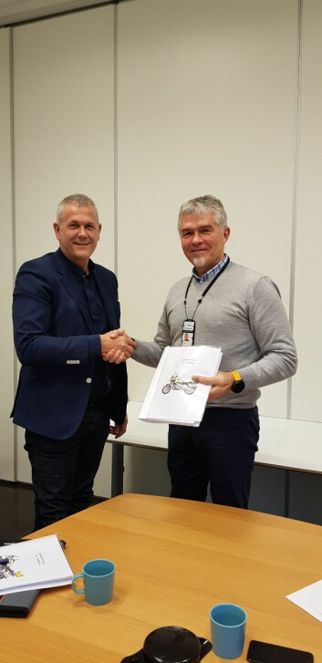 Arild Saastad fra Handicare og Luc Martin fra Politiets Fellestjenester har signert kontrakten for ny motorsykkel.
