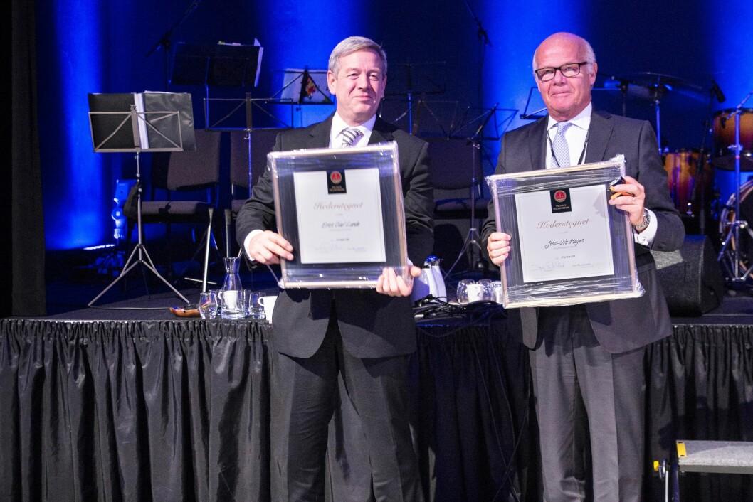 Hedersmenn: Mangeårig lokallagsleder Ernst Olav Lunde og advokat Jens-Ove Hagen ble tildelt PFs hederstegn under landsmøtet i Stavanger.