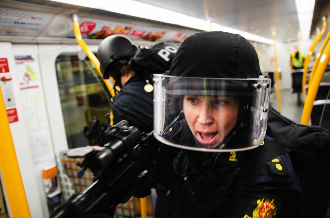 LIKESTILT: Til tross for at hun som operativ kvinne alltid har vært i mindretall, har aldri politibetjent Mia Amdal opplevd den skjeve kjønnsbalansen som problematisk. – Jeg har aldri følt meg noe mindre betydningsfull som jente i UEH, hverken i Oslo eller Østfold, sier hun.