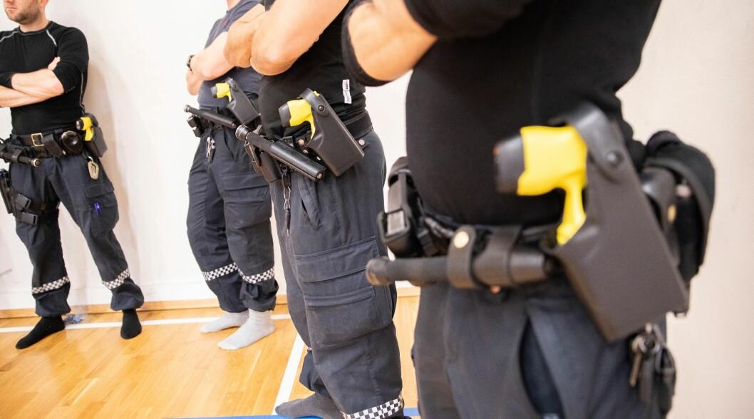Fire politidistrikt er med i et prøveprosjekt med elpistol som startet 1. januar. Timer inn i det nye året ble elpistol brukt i tjeneste for første gang.