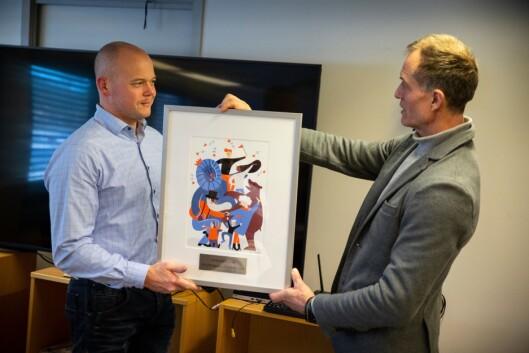 Espen Molland vant Politiforums Ærespris 2018. Her får han overrakt det synlige beviset fra Politiforum-redaktør og juryleder Ole Martin Mortvedt.