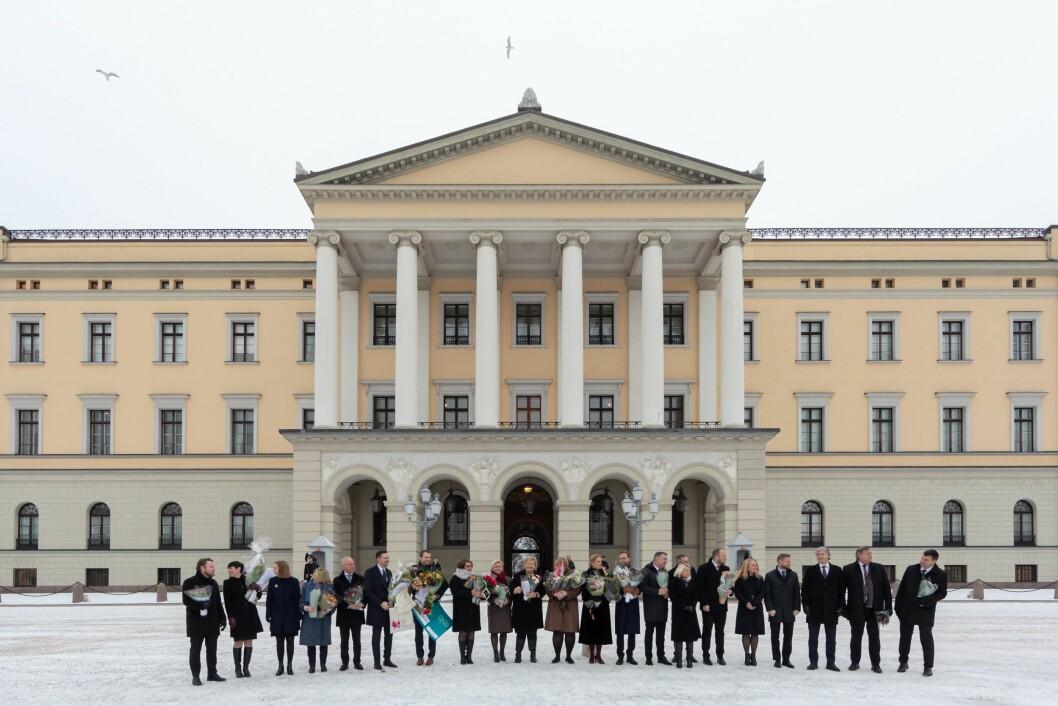 Slik så det ut da den nye regjeringen ble presentert på Slottsplassen denne uka. Aldri før har Norge hatt så mange statsråder.