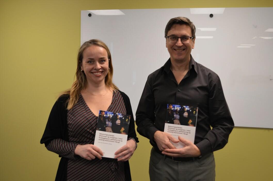 Forskerne Kristin Engh Førde og Arnfinn J. Andersen ved NKVTS viser frem sin nye rapport.
