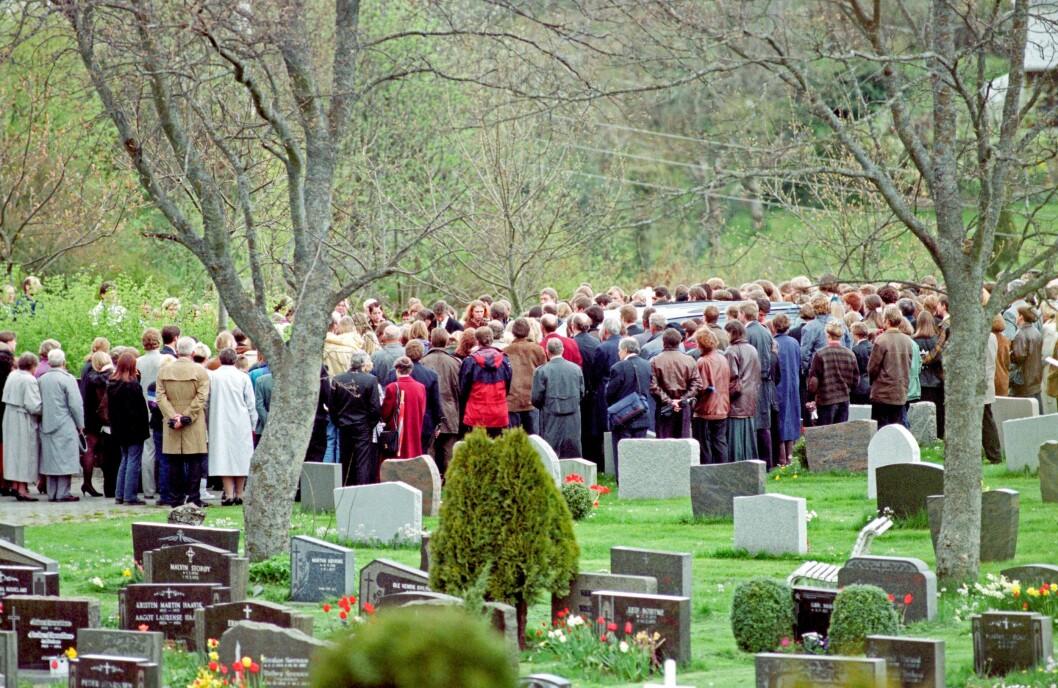 BIRGITTES BEGRAVELSE: Den 11. mai 1997 blir Birgitte Tengs begravet på Karmøy. Hun ble bare 17 år gammel.
