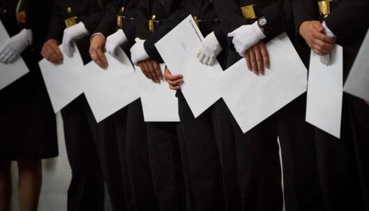 HÅPEFULLE: Nyutdannede politifolk med vitnemålene i hånden.