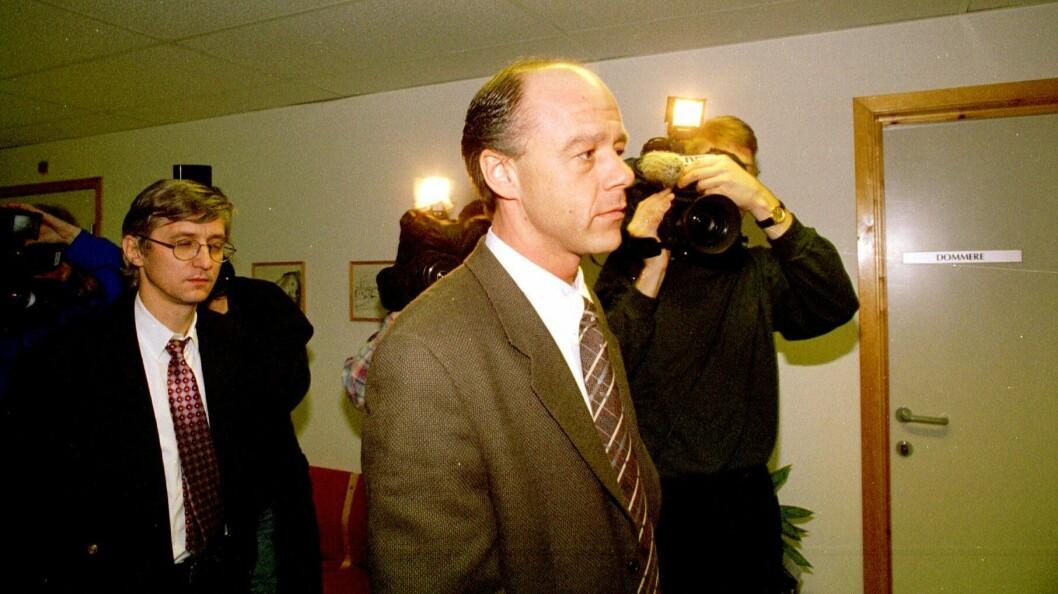 Stian Elle den 10. ferbruar 1997, etter at avhørene av fetteren hadde startet. Bak går fetterens daværende forsvarer Arvid Sjødin.