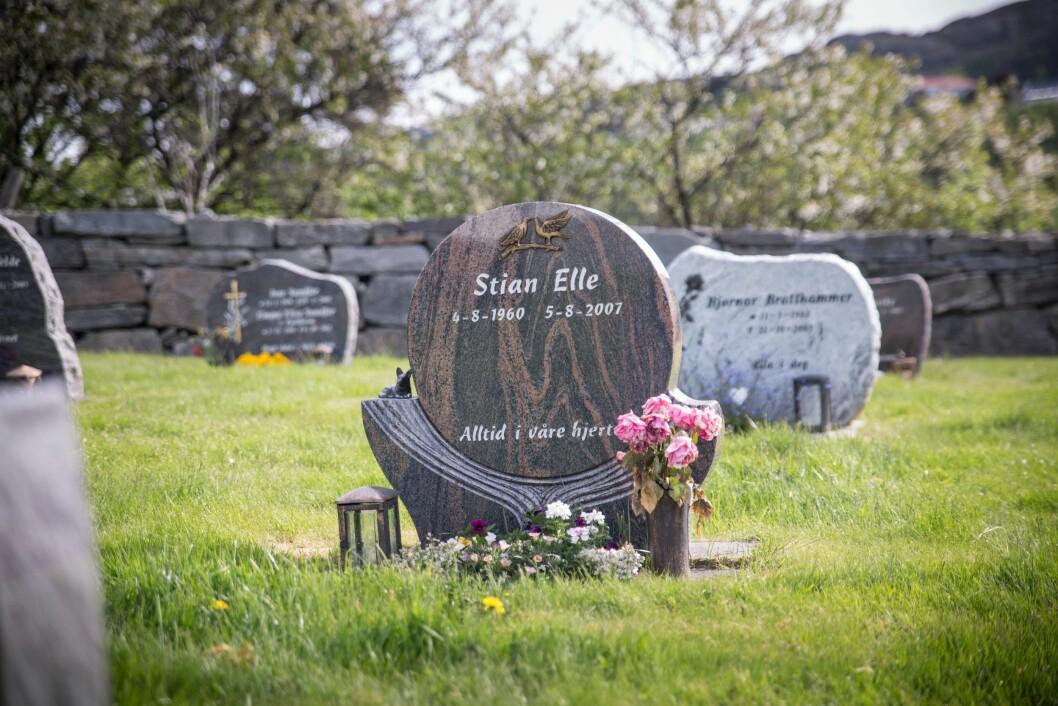 GRAVSTEDET: Stian Elles siste hvilested, ved Førre kirke, innerst i Førrefjorden.