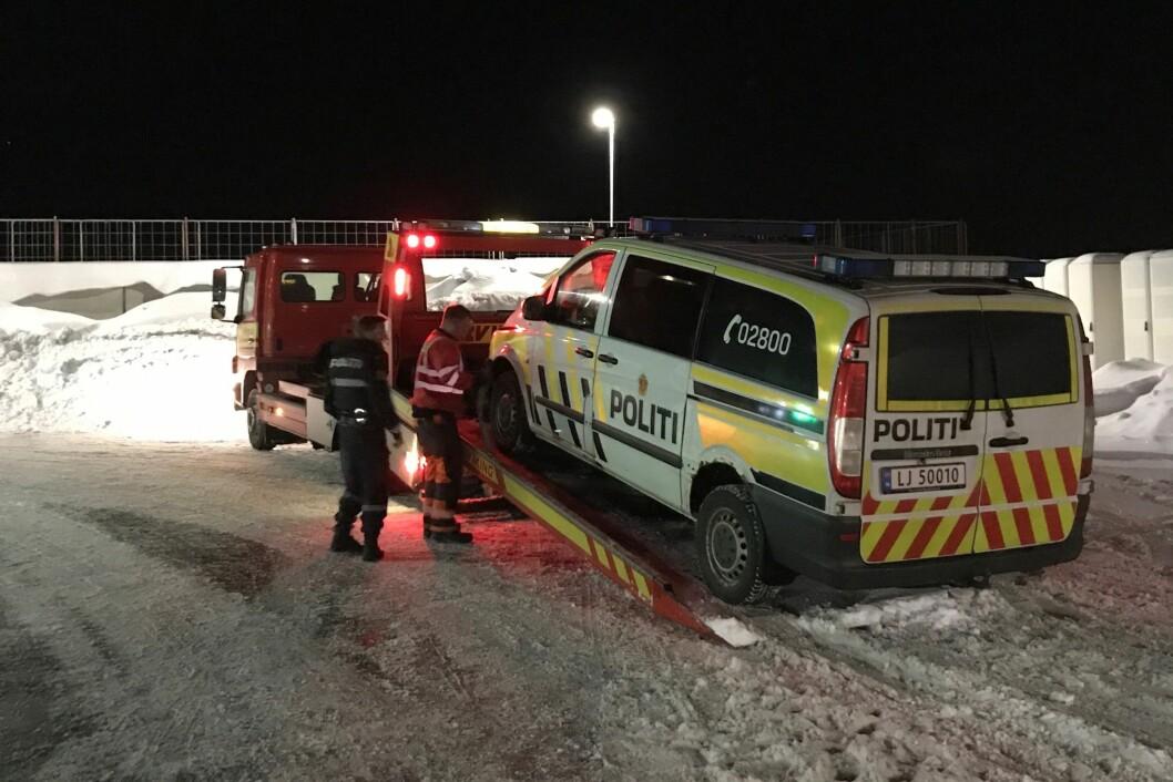 FULL STOPP: Slik gikk det da maja fra Larvik politistasjon kjørte fangetransport 5. februar i år. Spiralfjæra røk, og den uniformerte tjenestebilen med godt over 300.000 kilometer på baken, måtte taues bort.