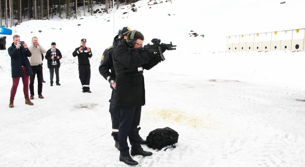 ÅPNING: Justisminister Tor Mikkel Wara droppet snorklipping, og åpnet skytebanen med et skudd i går.
