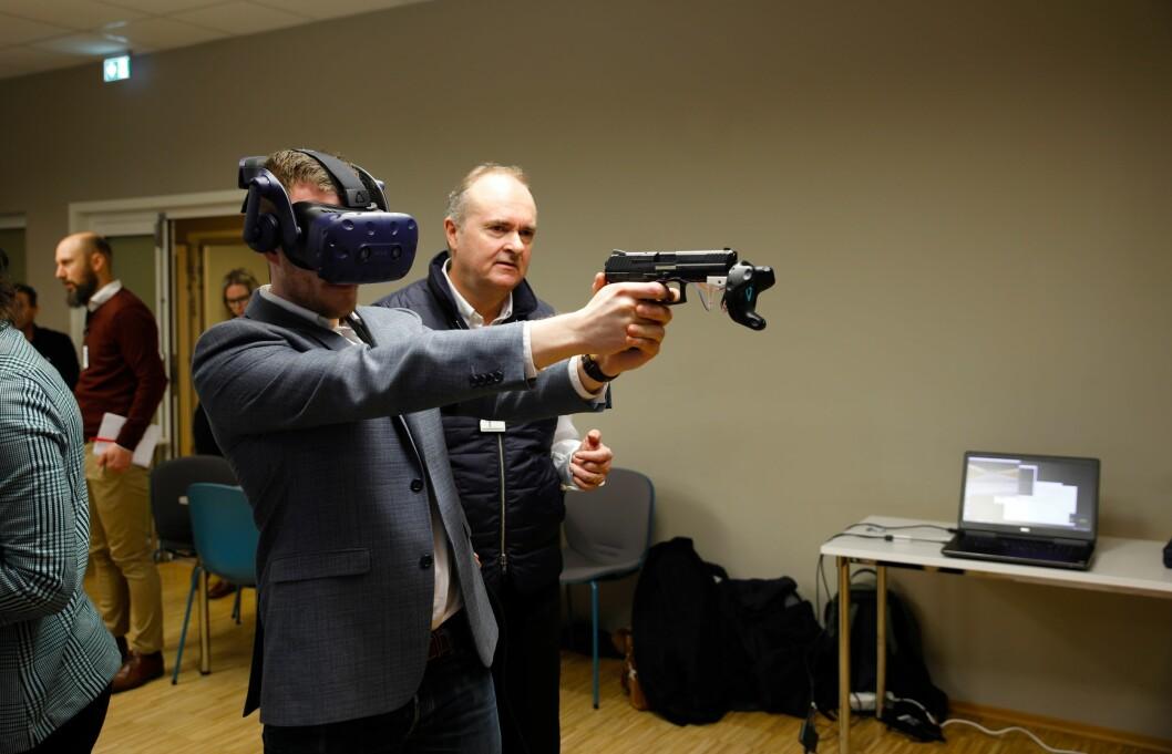 FØRSTE TESTRUNDE: Mange mente VR-trening kan bli svært nyttig for politiet, men påpekte at våpenet og teknologien må være svært virkelighetsnær for at det skal fungere.