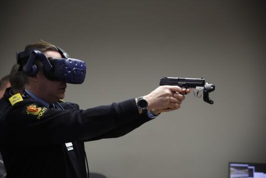SIKTER: Jørn Olav Schjelderup, seksjonssjef i Beredskapsseksjonen i POD, tester skytetrening med VR.